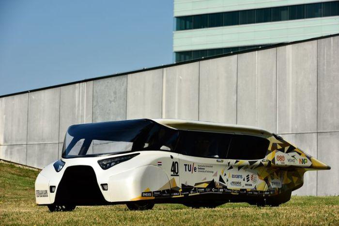 Автомобиль на солнечных батареях Stella Lux.