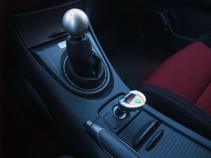 Портативный автомобильный FM-трансмиттер SoundRacer VX.