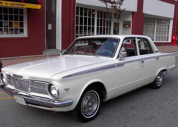Автомобиль Plymouth Valiant.