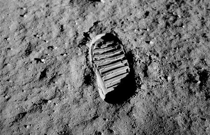 Следы на Луне.
