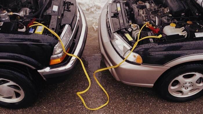 Прикуривать автомобиль нужно правильно. |Фото: avtoelektrik-info.ru.