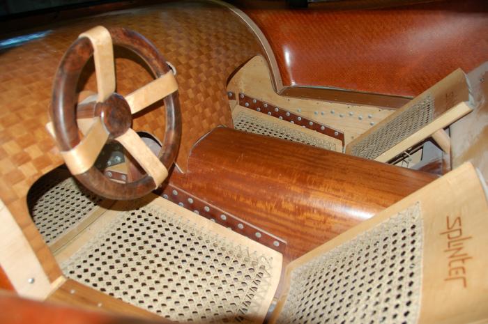 Стильный салон деревянного суперкара.