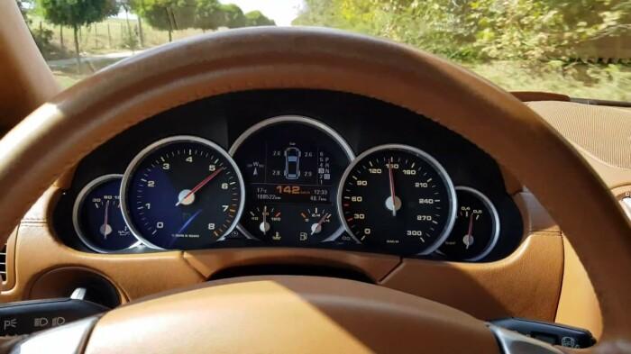 Зачем бюджетному автомобилю спидометр на 200 км/ч, если он до них не дожимает