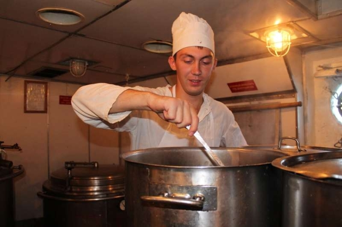 Спирт из хлеба выпаривает кок. ¦Фото: vmnews.ru.