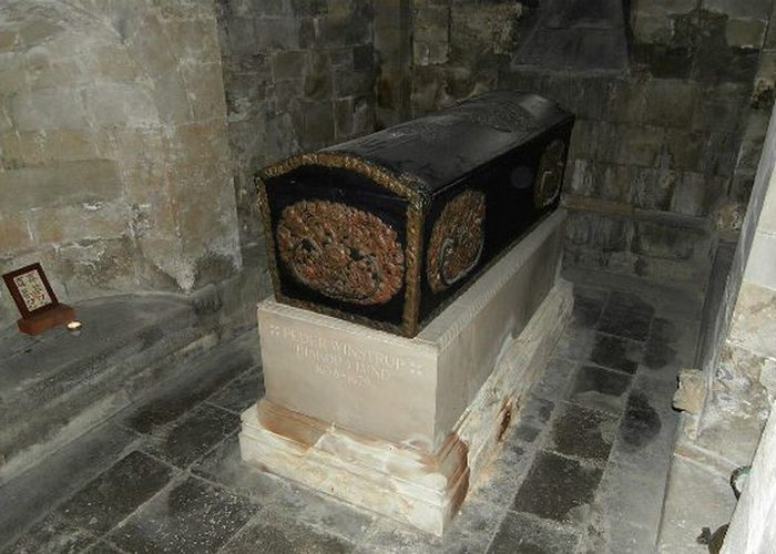 Странное захоронение: гроб епископа.