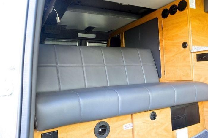 Диван-кровать в салоне автомобиля.