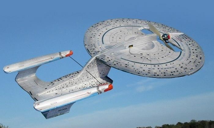 Летающая модель звездолета из Star Trek.