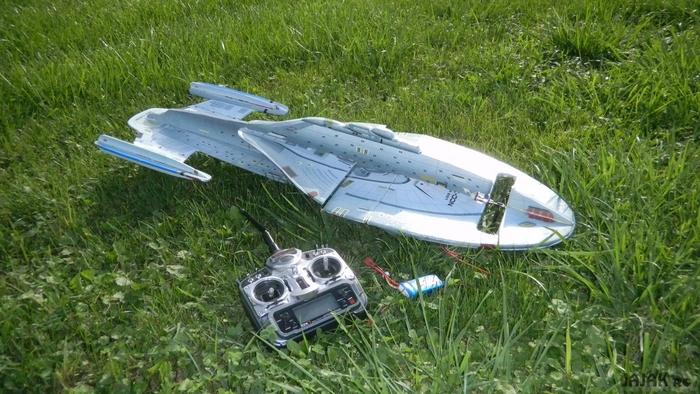 Летающая модель Enterprise D на дистанционном управлении.