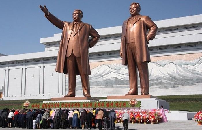 Статуя Ким Ир Сен и Ким Чен Ир.