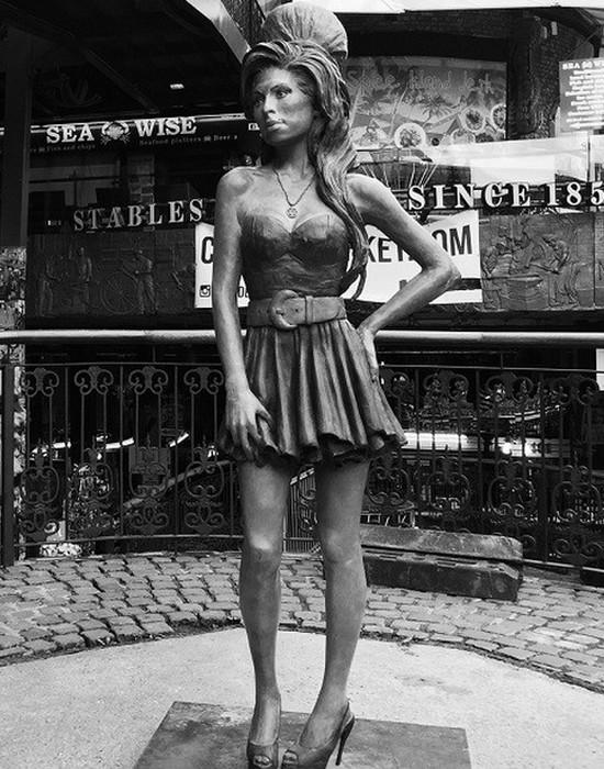 Статуя Эми Уайнхаус.