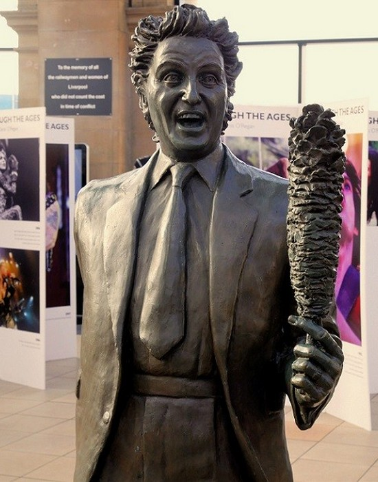 Статуя Кен Додд.