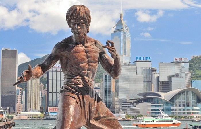 Статуя Брюс Ли.