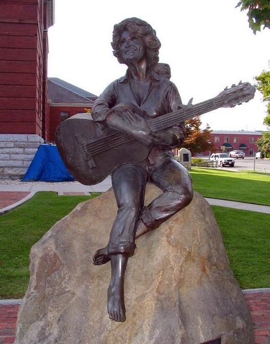 Статуя Долли Партон.
