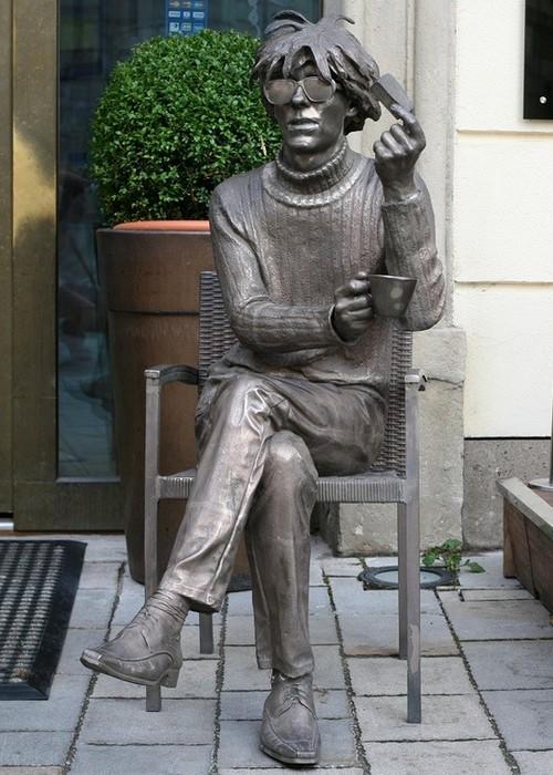 Статуя Энди Уорхол.