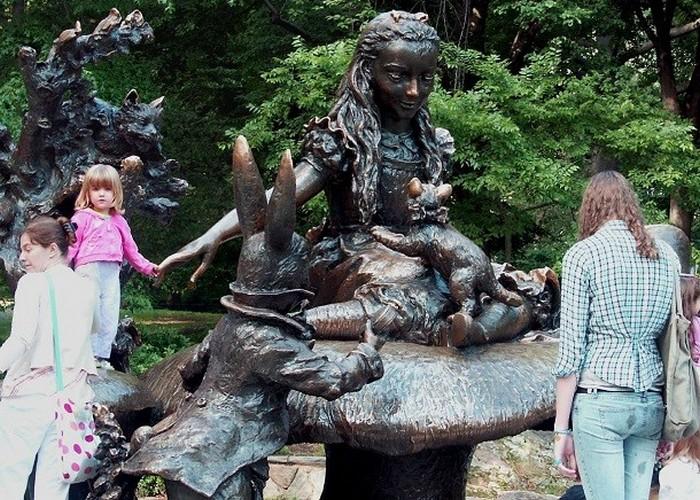 Статуя Алиса в стране чудес.