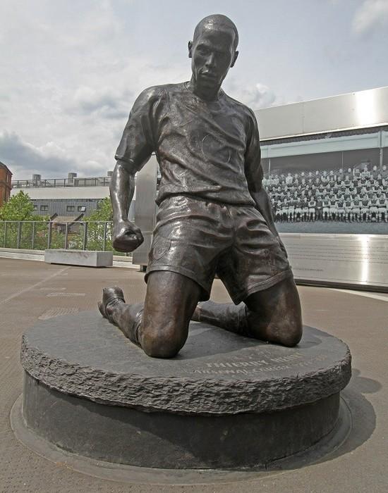 Статуя Тьерри Анри.