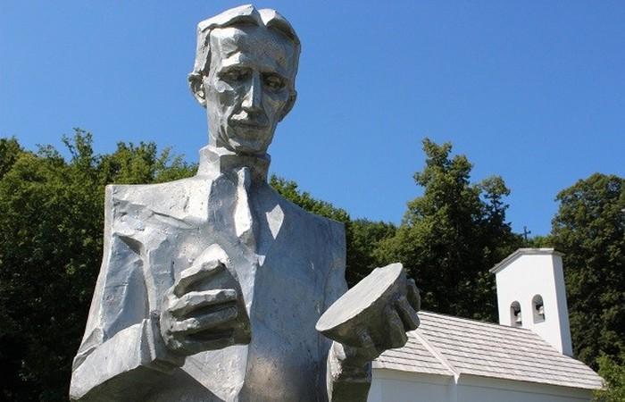 Статуя Никола Тесла.