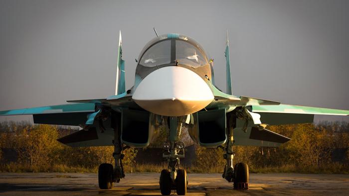 У Су-34 очень широкая кабина из-за того, что оба пилота сидят рядом, а не друг за другом. |Фото: voennoedelo.com.