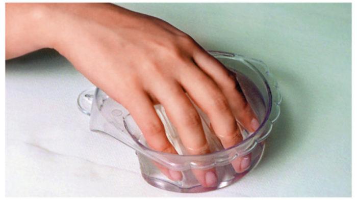 Окунаем руки в соляной раствор и держим минуту. ¦Фото: debono.ru.