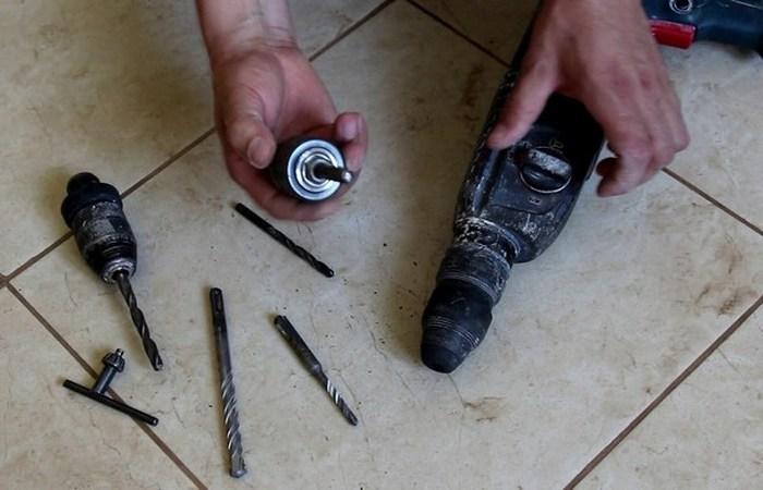 Разобранная дрель со снятым патроном. |Фото: youtube.com.