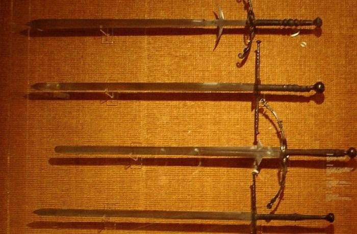 Двуручные мечи.