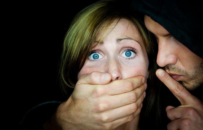 Стокгольмский синдром - чувства сочувствия и поддержки своих похитителей.
