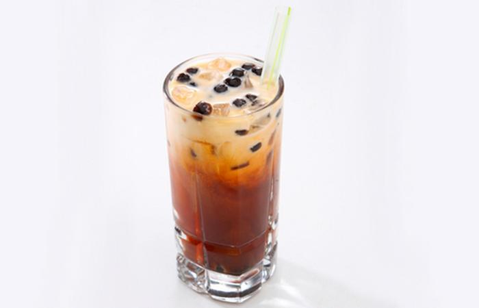 Смесь цейлонского или ассаммкого чая с сахаром, сгущенным молоком и специями.