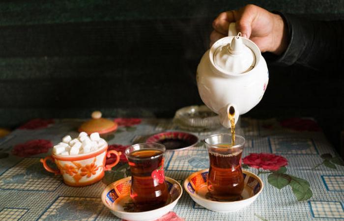 Чай подается крепким с ярко-желтой карамелькой под названием набат.