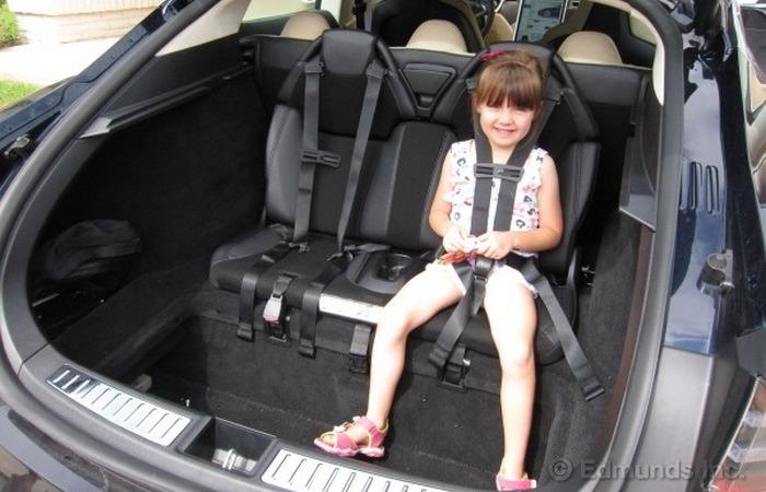 Дети в багажнике - оригинальное и безопасное решение.