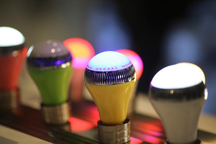 Музыкальная лампочка Vivitar Speaker Smart Bulb.