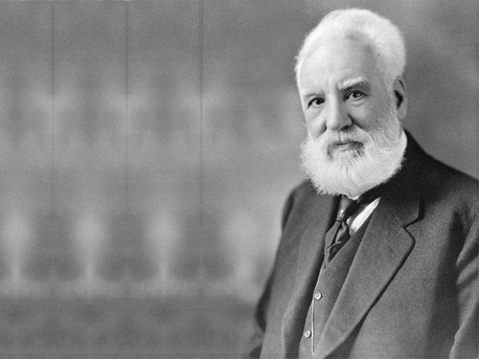 Александр Грэхем Белл - человек, который первым запатентовал телефон.