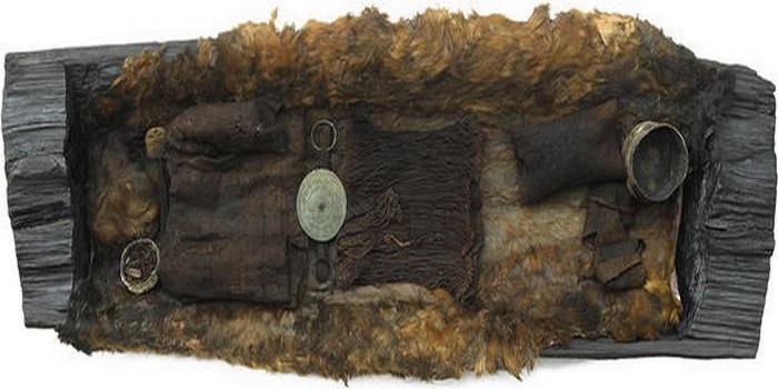 Шерстяной пояс с бронзовым диском.