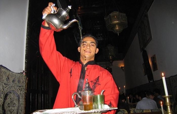 Разливщик чая в Морокко.