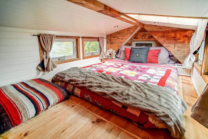 Супружеская спальня в крошечном доме.