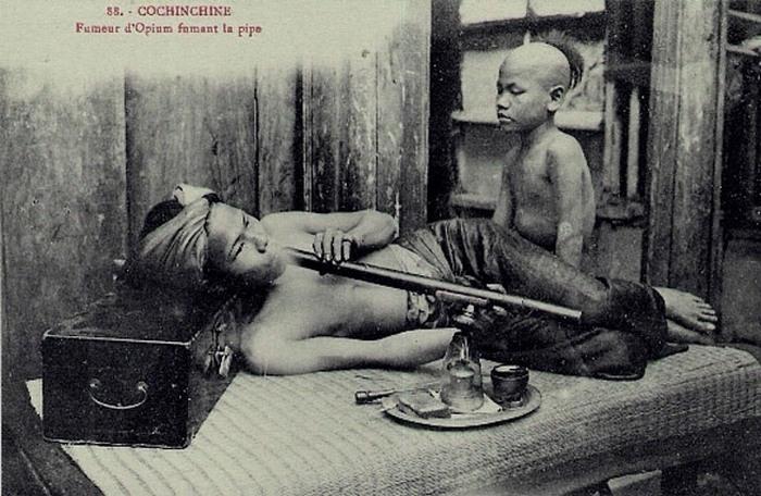Сеанс лечения опиумом.