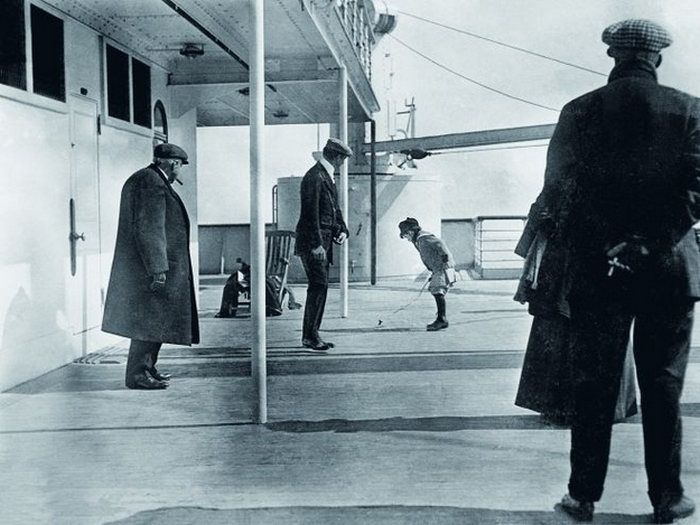 Мальчик играет на палубе Титаника.