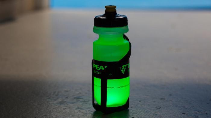 Topeak iGlowCageB - светящаяся безопасность.