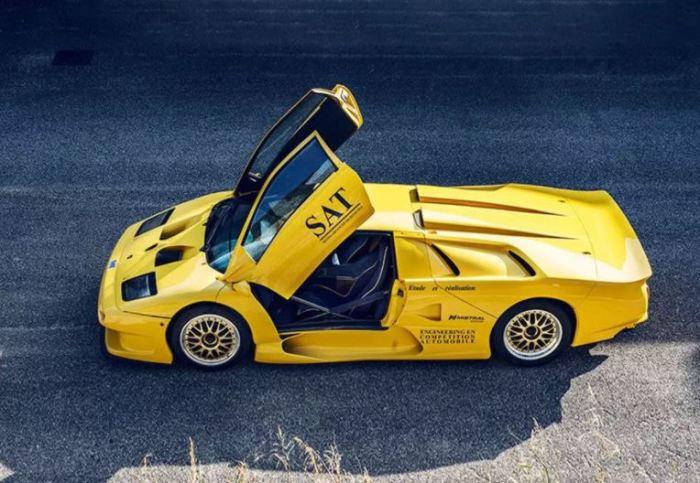 Агрессивный дизайн Lamborghini Diablo GT1 Stradale впечатляет.