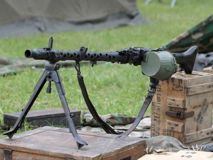 Сначала у Германии был MG 34, хороший, но очень дорогой пулемет.
