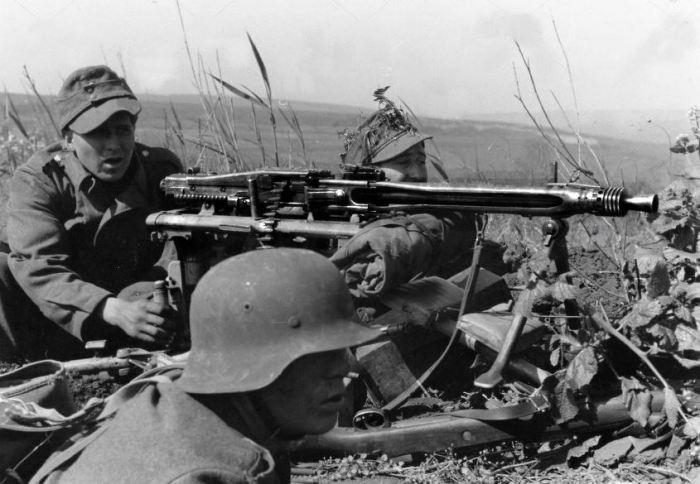 Пулемет быстро стал грозой пехоты на поле.