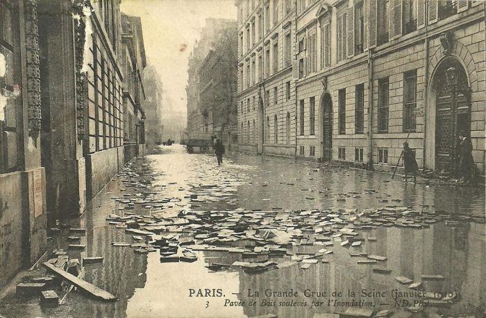 Всплывшая торцовая мостовая в Париже. |Фото: ivejournal.com.