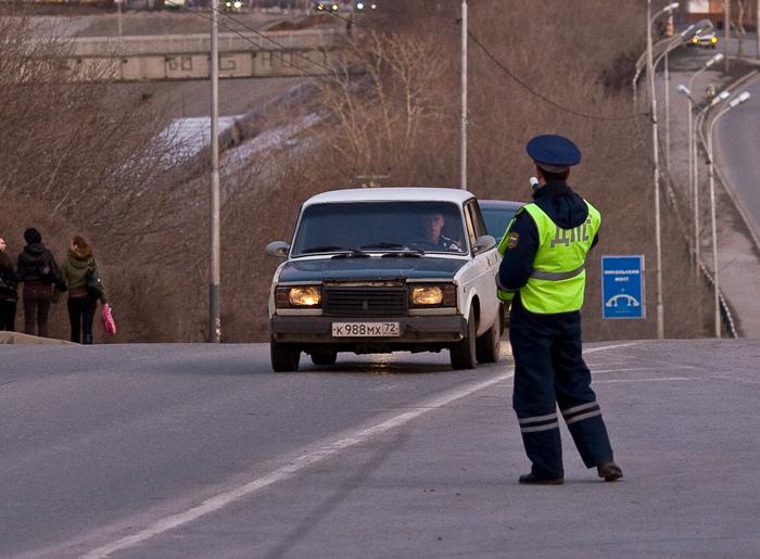 Не важно где тормозит полицейский. | Фото: vsluh.ru.