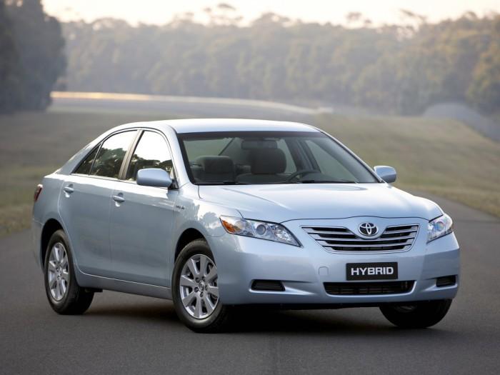 Toyota Camry: высокая экономичность и вместительный салон.