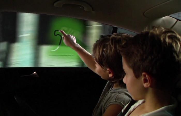 Toyota выводит рисунки на стекле на новый уровень.