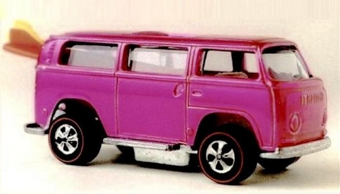 Игрушечный розовый Volkswagen Beach Bomb.