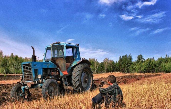 Почему у тракторов задние колеса большие, а передние – маленькие