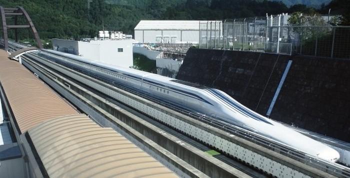 Поезд на магнитной подвеске.