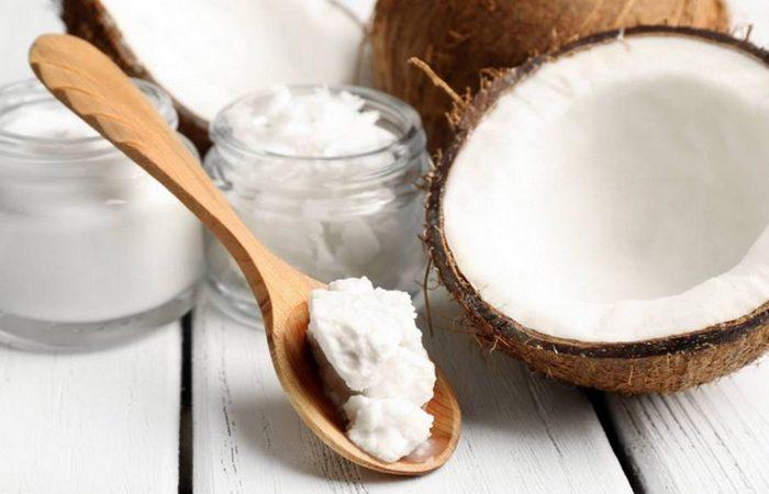 Модный лайфхак: кокосовое масло для снятия макияжа.