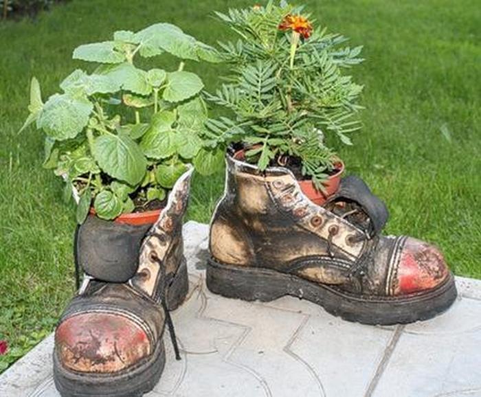 Обувь и цветы.