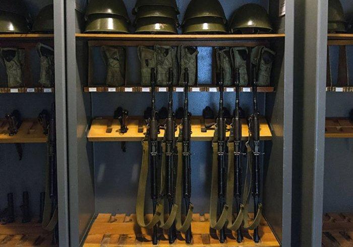 Солдаты дождались наряда, чтобы захватить оружие. |Фото: twitter.com.